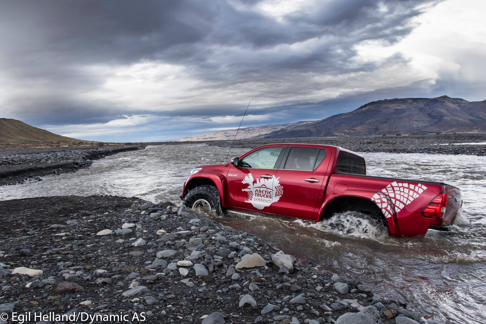 Crossing rivers – Basic dos and don'ts - Arctic Trucks